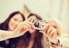 Красивые девушки фотографируя в городе Стоковое Фото