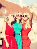 Красивые девушки фотографируя в городе Стоковые Фото