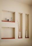 Красивые декоративные вазы и статуи в комнате Стоковое Изображение