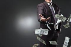 Красивые деньги молодого человека бросая Стоковые Фотографии RF