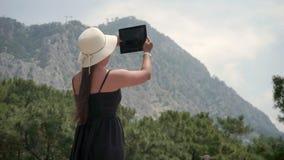 Красивые естественные фотоснимки ландшафта на туристе планшета в головном уборе сток-видео