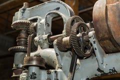 Красивые детальные старые винтажные шестерни механического инструмента и другие части на темной предпосылке Стоковая Фотография