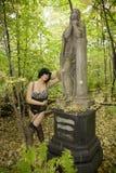 Красивые детеныши загорели польностью обнажённую украинскую девушку на предпосылке зеленой вегетации Стоковое Фото