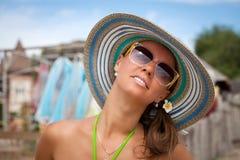Красивые летние отпуска траты девушки Стоковые Фотографии RF