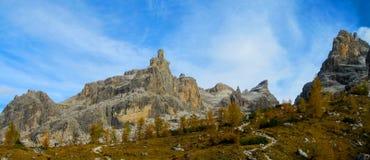 Красивые желтые цвета осени в горах Dolomiti di Brenta, Италии Стоковое фото RF