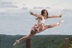 Красивые женские балерина или танцор перескакивают outdoors стоковое изображение