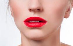 Красивые женские губы с красной губной помадой Стоковые Изображения