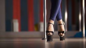 Красивые женские ноги в высоко-накрененных ботинках танцуя на поляке танцуют в студии стоковая фотография rf