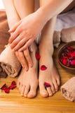 Красивые женские ноги и руки, салон курорта, pedicure и процедура по маникюра Стоковые Изображения RF