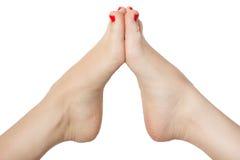 Красивые женские ноги с цветом pedicure красным белизна изолированная предпосылкой Стоковое Изображение
