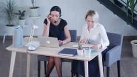Красивые женские работники работая в офисе сток-видео