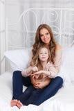 Красивые женщина и ребенок в кровати Стоковая Фотография RF