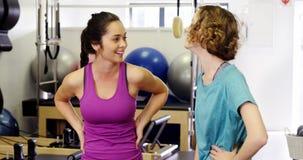 Красивые женщины взаимодействуя друг с другом в студии фитнеса сток-видео