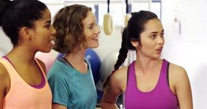 Красивые женщины взаимодействуя друг с другом в студии фитнеса акции видеоматериалы