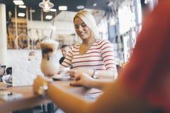 Красивые женщины выпивая кофе и злословить Стоковое фото RF