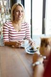 Красивые женщины выпивая кофе и злословить Стоковая Фотография RF