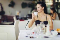 Красивые женщины выпивая чай в ресторане Стоковое Изображение ...