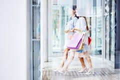 Красивые женщины выходя торговый центр с сумками Стоковое Фото