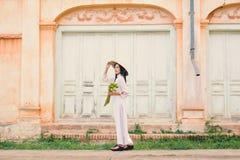 Красивые женщины Вьетнам с белым платьем ao dai Стоковая Фотография RF