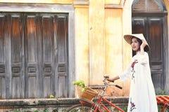 Красивые женщины Вьетнам с белым платьем ao dai Стоковое Изображение RF