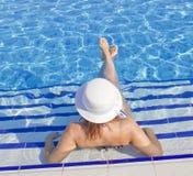 Красивые женщины в бассейне Стоковое фото RF
