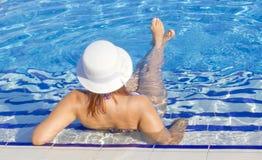 Красивые женщины в бассейне Стоковые Изображения