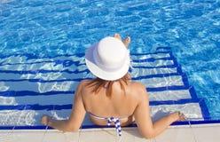 Красивые женщины в бассейне Стоковые Изображения RF