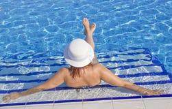 Красивые женщины в бассейне Стоковые Фотографии RF
