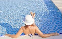 Красивые женщины в бассейне Стоковое Изображение RF