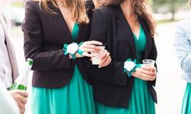 Красивые женщины в платьях вечера с стеклами шампанского Стоковые Изображения