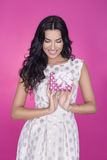 Красивые женщины в розовой предпосылке с настоящим моментом партия Любовь подарок Стоковая Фотография