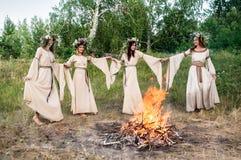 Красивые женщины в традиционных платьях Стоковые Фотографии RF