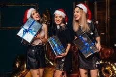 Красивые женщины держа подарок рождества в руках Стоковые Фото