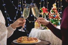 Красивые 2 женщины держа стекла с праздновать шампанского Стоковые Фото
