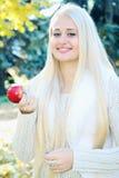 Красивые женщины есть яблоко Стоковое Фото