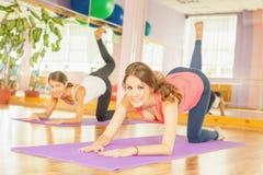 Красивые женщины делая тренировку фитнеса и смотря камеру Стоковая Фотография