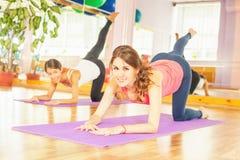 Красивые женщины делая тренировку фитнеса и смотря камеру Стоковые Фото