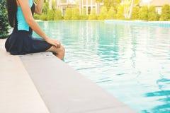 Красивые женщины играя в бассейне ослабляют время на празднике Стоковая Фотография RF