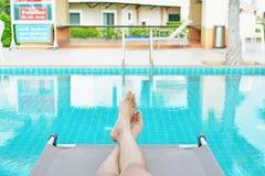 Красивые женщины играя в бассейне ослабляют время на празднике Стоковая Фотография