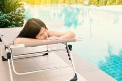 Красивые женщины играя в бассейне Стоковые Изображения RF