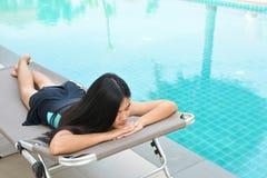 Красивые женщины играя в бассейне Стоковое Изображение