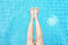 Красивые женщины играя в бассейне Стоковая Фотография