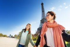 Красивые женщины идя вокруг Парижа держа руки Стоковые Фотографии RF