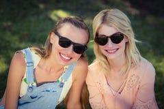 Красивые женщины нося солнечные очки в парке Стоковая Фотография
