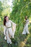 Красивые женщины ослабляют на природе Стоковая Фотография RF
