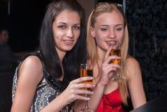 Красивые женщины ослабляя в баре Стоковое фото RF