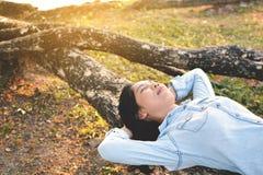 Красивые женщины ослабляя в парке Стоковые Изображения