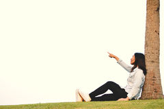 Красивые женщины ослабляя в парке Стоковая Фотография RF