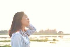 Красивые женщины ослабляя в парке Стоковое Изображение