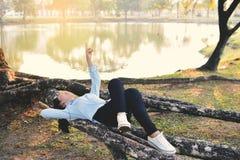 Красивые женщины ослабляя в парке Стоковое фото RF